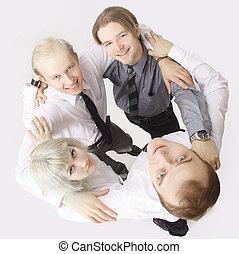 squadra affari, con, braccia intorno, ciascuno, altro, spalle, e, guardando macchina fotografica