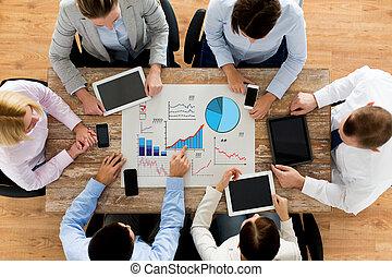 squadra affari, con, smartphones, e, pc tavoletta