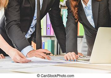 squadra affari, concetto, persone, brainstorm, o, discutere, il, documento, o, finanza, relazione, tabelle, e, grafici, su, scrivania ufficio