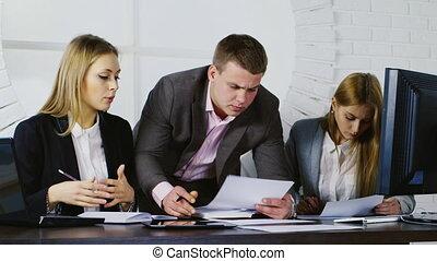 squadra affari, lavoro, uno, uomo, e, due donne, lavorativo, con, documenti