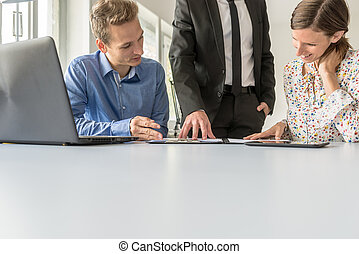 squadra, di, tre, persone affari, lavorare insieme