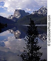 Squaertop Mountain - Squaretop Mountain reflecting in Green ...