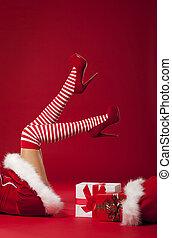 sra, papai noel, pernas, em, listrado, meias, com, presentes...
