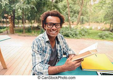 srdečný, afričan young voják, čítanka, venku