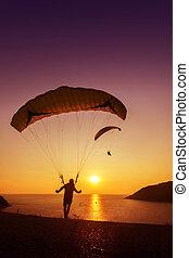 sskydivers, hajlandó, to elindít, repülés, háttér, közül, naplemente ég, és, tenger