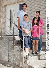 stálý, šťastný, mláde rodinný, schod přede dveřmi