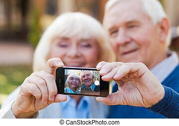 stálý, selfie, love., čas, bonding, druhý, každý, dělání, starší, šťastný, venku, dvojice, zachytit, bezkoncovkový