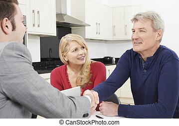 stát se splatným kuplovat, otřes, ruce, s, penění advisor, doma