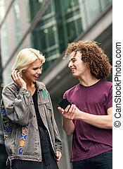 städtisch, smartphone, paar, hintergrund., gebrauchend, glücklich