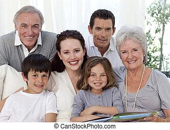 stående, album, se, fotografera, familj