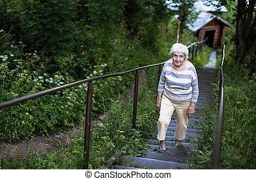 stående, av, äldre kvinna, in, den, park.