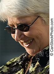 stående, av, äldre kvinna