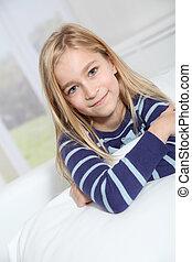 stående, av, 10-year-old, blond, flicka