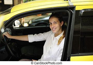 stående, av, a, kvinnlig, taxi förare, med, henne, färsk,...