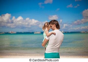 stående, av, a, liten flicka, krama, med, pappa, stranden