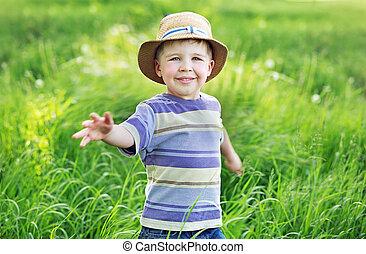 stående, av, a, söt, liten, pojke, leka, på, den, äng