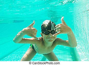 stående, av, a, söt, liten pojke, simning undervattens, gesturing, och, mycket, av, copyspace