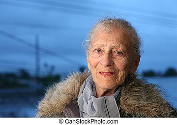 stående, av, a, senior woman, hos, vinter