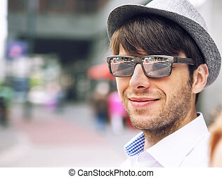 stående, av, a, stilig, ung man, med, solglasögon
