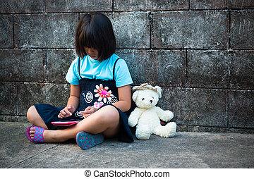 stående, av, a, trist, och, ensam, asiatisk flicka, mot, grunge, vägg, baksida