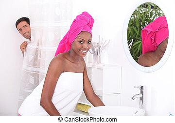 stående, av, a, ung kvinna, in, badrum