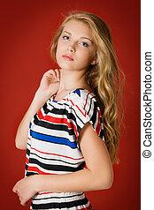 stående, av, a, vacker, kvinnlig, modell, på, röd, bakgrund., flicka, med, länge, hälsosam, hår