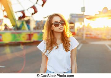 stående, av, a, vacker, rödhårigt, flicka, in, solglasögon, hos, sunset.
