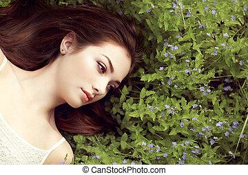 stående, av, a, vacker, ung kvinna, in, sommar, trädgård