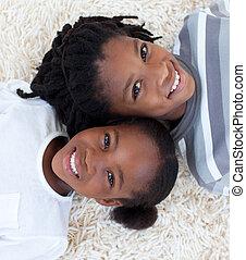 stående, av, afroamerikansk, bror och syster, på, golv