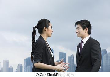 stående, av, asiatisk affärsverksamhet, folk prata, utanför
