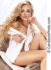 stående, av, attraktiv, blondin, flicka, med, länge, lockig,...