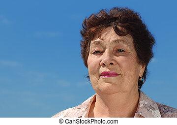 stående, av, brunett, pensionären, kvinna, utomhus, blåttsky