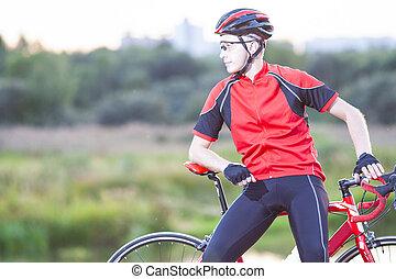 stående, av, caucasian, cyklist, avkopplande, utomhus, på,...