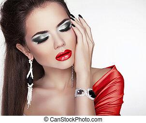 stående, av, den, vacker, sexig, kvinna, med, smink, röd läpp, och, smycken, mode, tillbehör