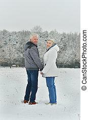 stående, av, elderly kopplar ihop