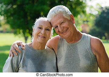 stående, av, elderly kopplar ihop, efter, fitness, i park