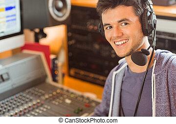 stående, av, en, universitet studerande, blandande, audio