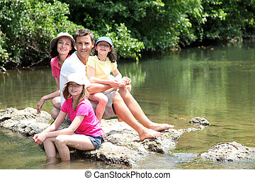 stående, av, familj, sittande, in, flod, in, sommar