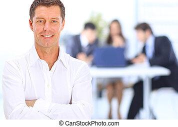 stående, av, le, affärsman, in, kontor