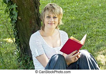 stående, av, le, studerande läsa, bok, in, natur