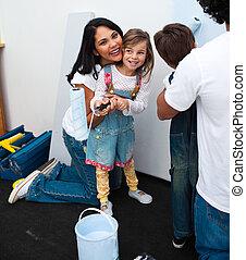 stående, av, liten flicka, målning, med, henne, mor