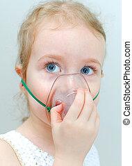 stående, av, liten flicka, med, inhalator, maskera, på, den, ansikte