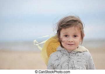 stående, av, liten flicka, stående, på, a, sandig, havsshore