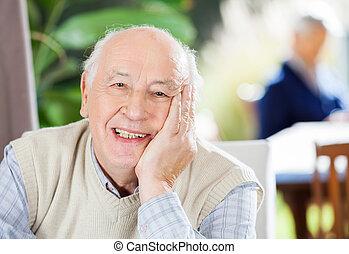 stående, av, lycklig, äldre bemanna, hos, vårdhem