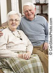 stående, av, lycklig, äldre koppla, hemma