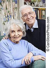 stående, av, lycklig, äldre koppla, hemma, tillsammans