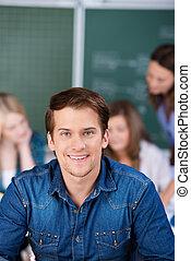 stående, av, male deltagare, le, in, klassrum