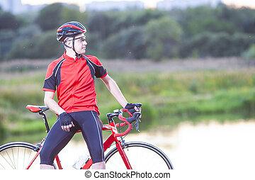 stående, av, man, cyklist, avkopplande, med, väg, cykel,...
