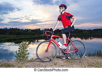 stående, av, manlig, cyklist, med, hans, väg cykel,...
