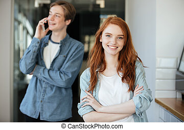 stående, av, redhead, student, in, cafe